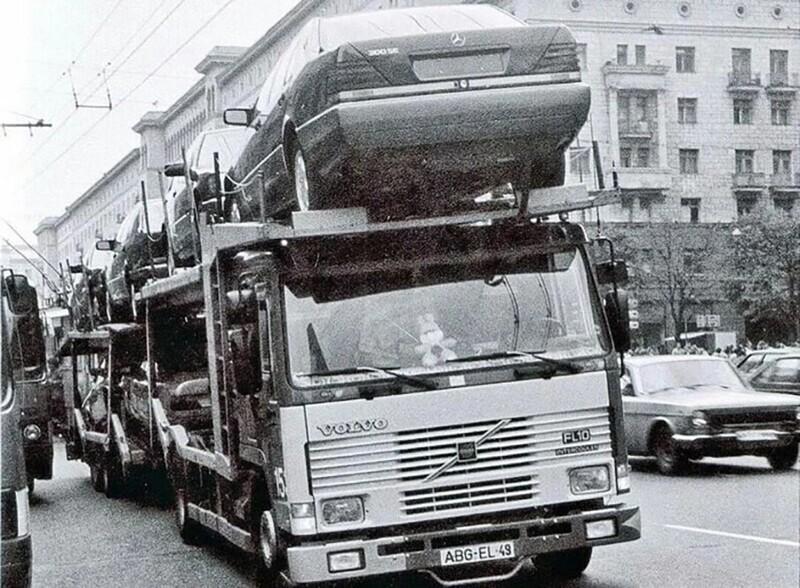 Автовоз Volvo с новенькими Мерседес W140 и W124 на улицах Москвы, начало 1990-х