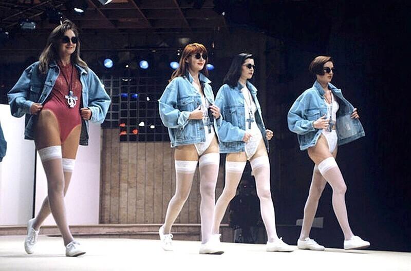 Девушки демонстрируют модную джинсовую одежду в Международном центре моды, Москва, 1992 год