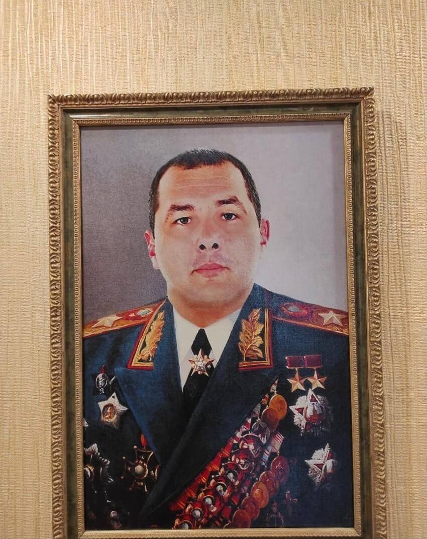 Встречайте! Маршал СССР, дважды Герой Советского Союза и обладатель ордена «Победа», быть награжденными которым удостоились лишь 16 человек, включая короля Румынии, Иосифа Сталина и Георгия Жукова.
