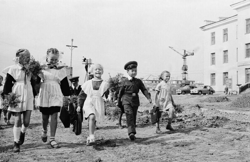 Казахстан, Темир-Тау, дети идут в школу