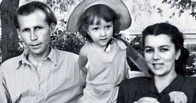Иван Лапиков с супругой Юлией и дочерью Еленой в 1954 году.
