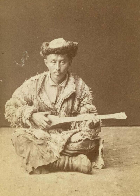 Казахский музыкант, играющий на домбре