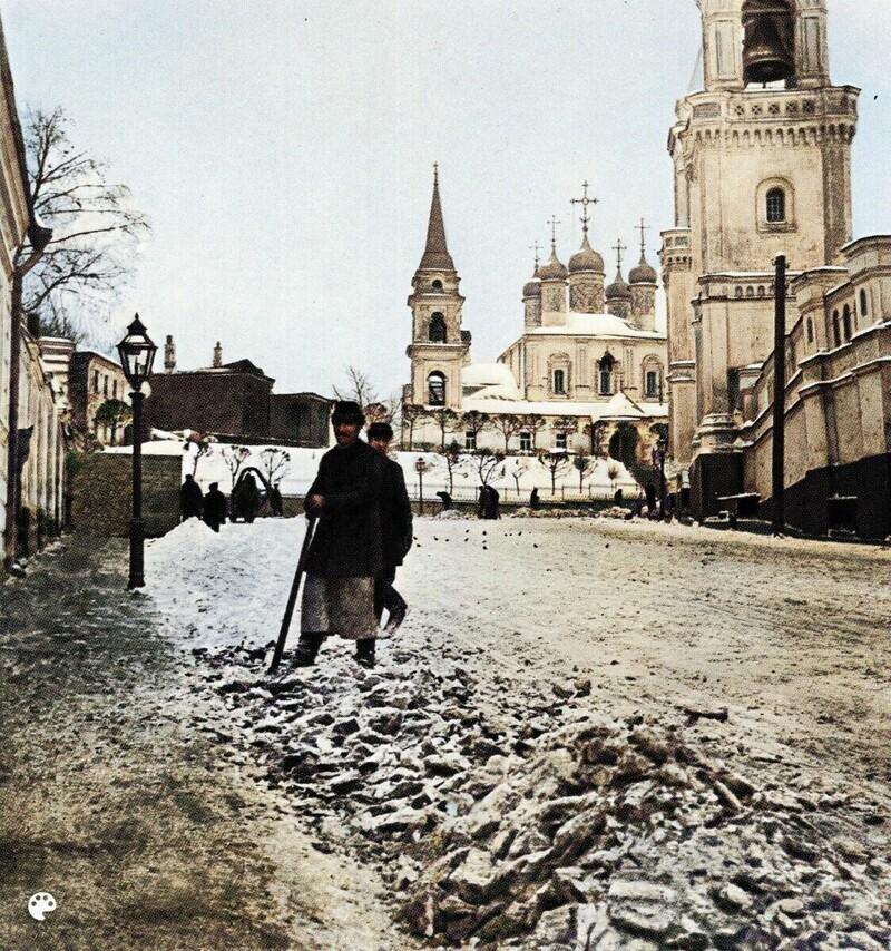 Уборка снега в Большом Ивановском переулке.