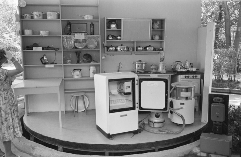 В 1959 году американцы привезли в СССР «кухню будущего»: мебель удивила советских людей и разозлила Хрущева