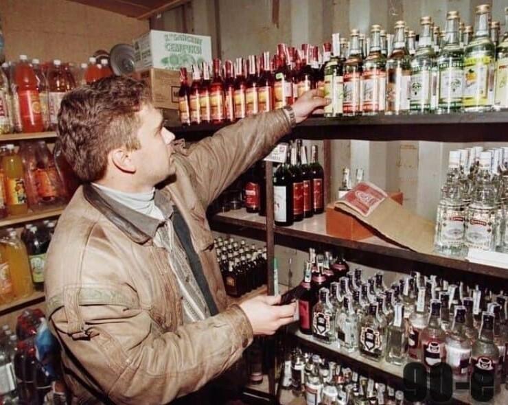 12. Налоговый инспектор проверяет алкоголь в небольшом магазинчике на подлинность. Москва, 1998 год