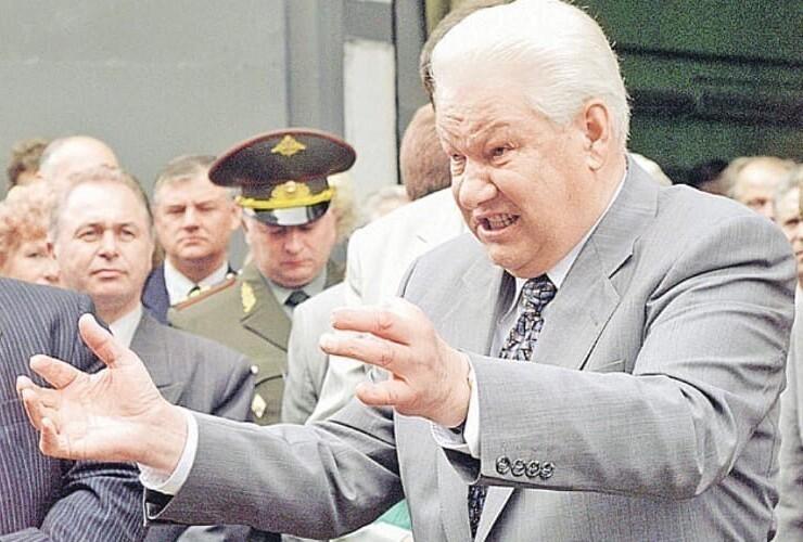 18. Борис Ельцин обещает народу, что дефолта в России не будет. Спустя 3 дня дефолт случился. 14 августа 1998 года, Нижний Новгород.
