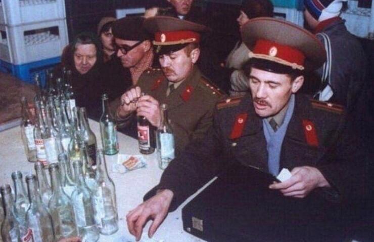 16. Военные после праздников сдают стеклотару. 1991 год