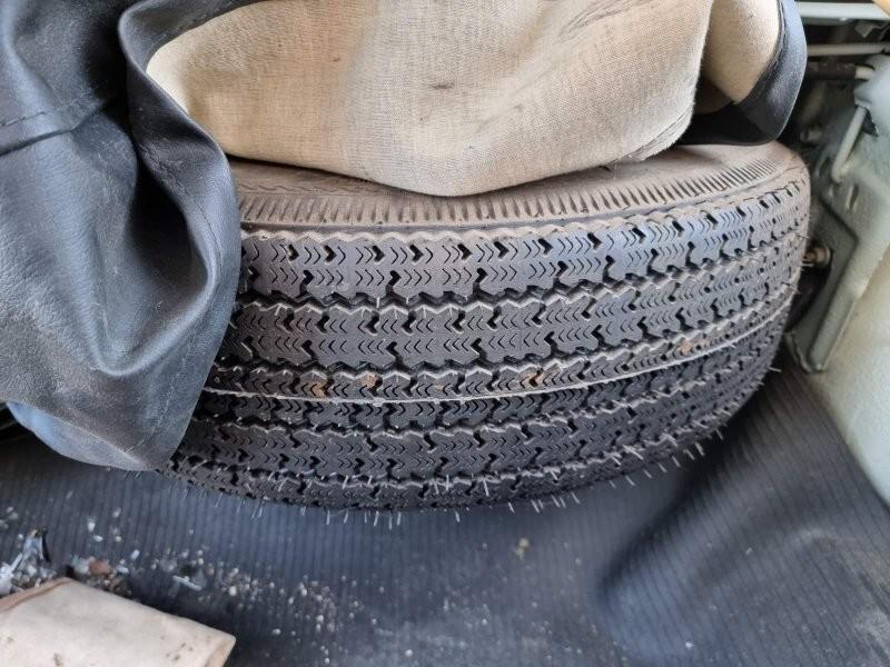 В багажнике: запасное колесо переехало с пола за заднее сиденье на специальную рамочную полочку.