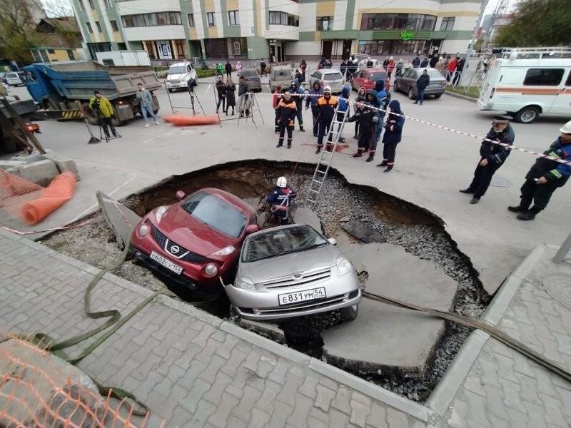 Бульон из япономарок: в центре Новосибирска машины провалились в яму с кипятком